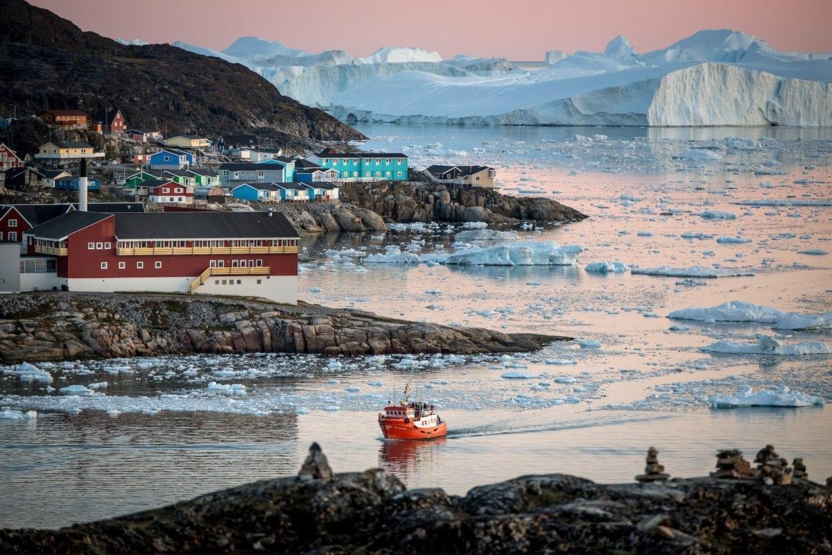 En passagerbåd nær Ilulissat og isfjorden i Grønland
