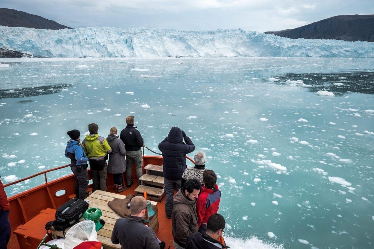 En turbåd nær Eqi gletsjeren i Nordgrønland
